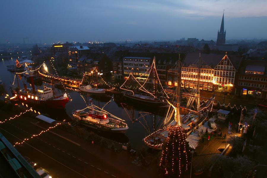 Schwimmender Weihnachtsmarkt.Reiseplus